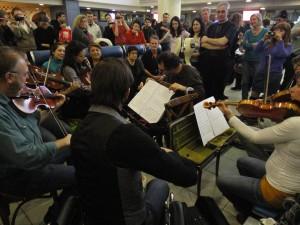Оркестр исполняет музыку в зале ожидания Домодедово